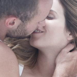 Mann und Frau küssen sich